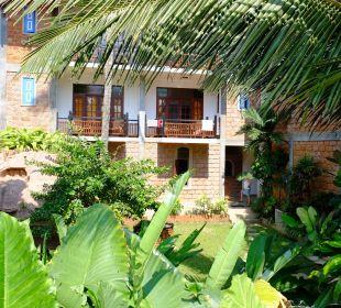 Hotel vom Bahnsteig aus gesehen Hotel Susantha Garden