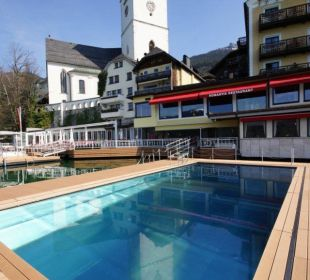 Seebad mit Hotel gegen Kirche Romantik Hotel Im Weissen Rössl