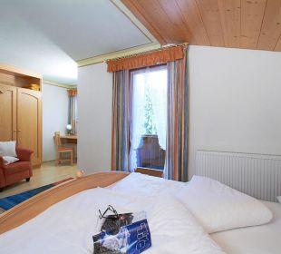 Schlafzimmer mit Panoramabalkon Seefeld Leutasch Landhaus Karoline Wohlfühl-Ferienwohnungen