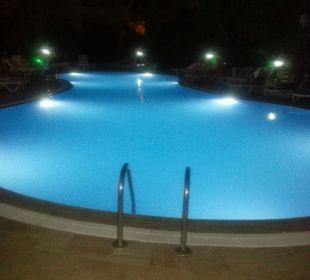 Basen wieczorem Hotel Artemis Princess