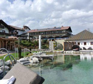 Blick von den Liegen auf Naturbadesee + Seesauna Wellnesshotel Zechmeisterlehen