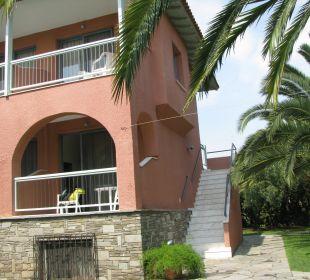 Wejście do pokoju po schodkach i inny balkon Hanioti Village Hotel