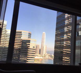Ausblick aus dem Bett Renaissance Harbour View Hotel Hong Kong