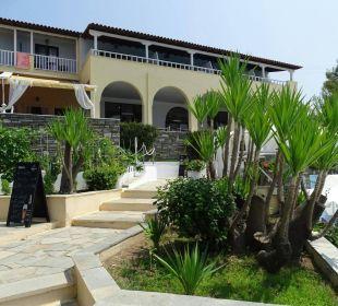 Weg von der Poolbar zum Restaurant Acrotel Elea Village