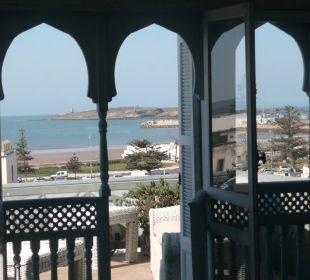 Vue de l'intérieur vers la terrasse et la mer Appartement Charme Essaouira