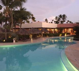 Poolanlage mit Restaurants Secrets Royal Beach Punta Cana