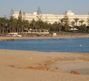 Blick vom Strand zum Hotel (schöner feiner Sand) Hotel Nissi Beach Resort