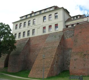 Blick von der Elbseite her Ringhotel Schloss Tangermünde