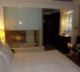 Blick im Zimmer auf's Badezimmerfenster und Flur Hotel Langham Place