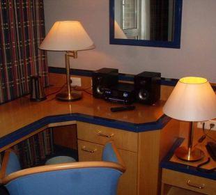 Schreibtisch und Stereoanlage Hotel Holiday Inn Hamburg