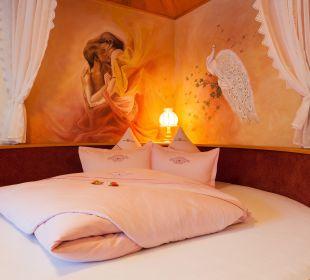 Kuschelsuite mit rundem Himmelbett  Hotel Bergkristall