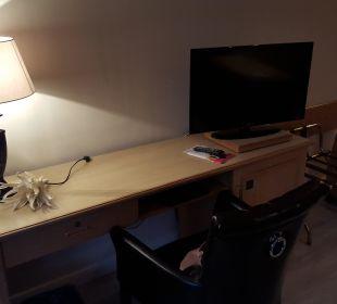 Schreibtisch mit TV  Romantischer Winkel SPA & Wellness Resort
