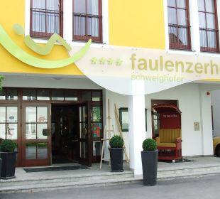 Eingang mit startbereiter Sänfte Faulenzerhotel