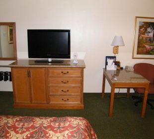 Blick vom Bett auf den Fernseher Best Western Hotel A Wayfarer's Inn