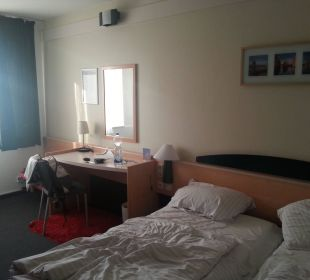 Bett und Schreibtisch Hotel Zleep Hamburg City