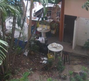 Die Pooldusche hinter der Poolbar mit Geschierabwa Hotel Pattaya Garden