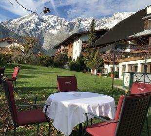 Im Garten vom Hotel zum Cafe und Kuchen Alpenresort Schwarz