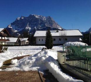 Blick vom Hotelgarten Richtung Zugspitze im Winter Leading Family Hotel & Resort Alpenrose