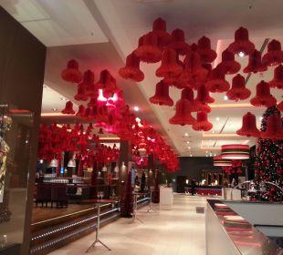 Weihnachtlich dekorierte Lobby Leonardo Royal Hotel Munich