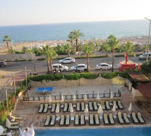 Widok na teren przy basenie, drogę, plażę Hotel Krizantem