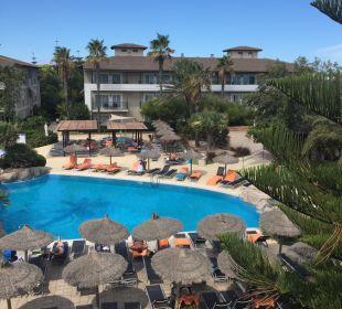Der Ausblick auf den Pool am Tag allsun Hotel Eden Playa