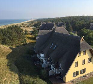 Blick auf die Reetdachhäuser  Strandhotel Dünenmeer