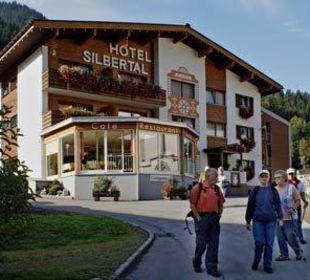 Das Hotel Silbertal im Morgenlicht Hotel Silbertal