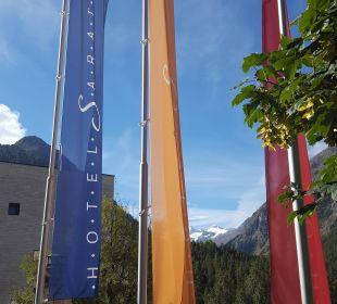 Fahnen vor dem Hotel Hotel Saratz