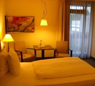 Angenehme Einrichtung mit Tisch und Stühlen Ramada Nürnberg Parkhotel