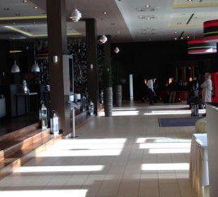 Blick zur Rezeption Leonardo Royal Hotel Munich