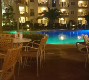 Poolanlage am Abend Hotel Viva Tropic