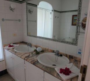 Das geräumige Bad mit Begrüßungsblumenschmuck Hotel La Palma Jardin