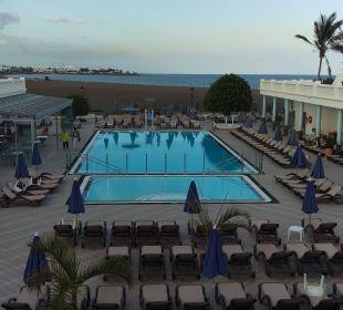 Blick auf Pool und Strand Hotel Las Costas