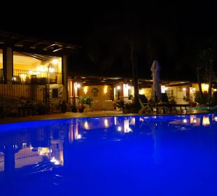 Toll beleuchteter Pool bei Nacht Hotel Cruccuris Resort