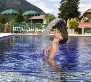 Gigante piscina esterna con idromassaggi Cavallino Bianco Family Spa Grand Hotel