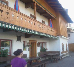 Hinten rechts sind Parkplätze Gästehaus Watzmannblick