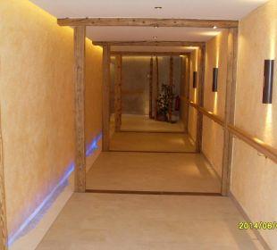 Durchgang zum ausenpool mit sauna Wellnesshotel Zechmeisterlehen