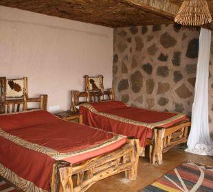 Das Zimmer mit bequemen Betten und Moskitonetz