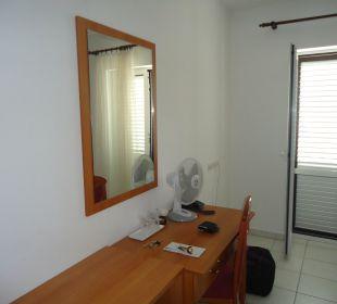 Schreibtisch und Balkontür Villa Pavlinka