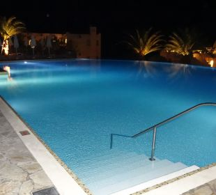 Süsswasserpool am Abend MarBella Corfu Hotel