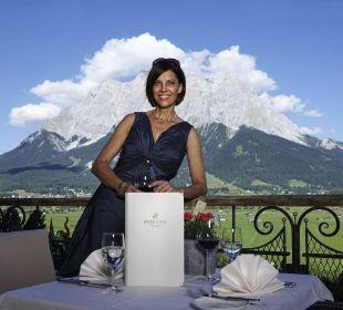 Genuss auf der Terrasse Blick zur Zugspitze Hotel Post Lermoos
