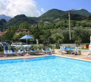 Der Pool mit dem Spielplatz dahinter Residenza Le Due Torri