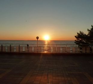 Sonnenaufgang hinter der Seebrücke Panorama Hotel Bansin