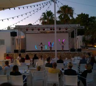Animation auf der Bühne  COOEE Cala Llenya Resort Ibiza