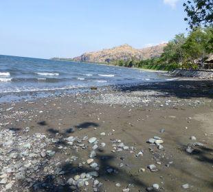 Feiner Sandstrand mit Steinen Hotel Matahari Beach Resort & Spa