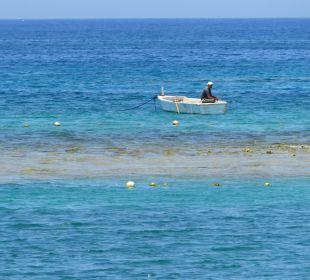 Ein Fischer vorm Hotelstrand Hotel Iberotel Makadi Beach