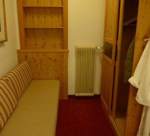 Kasten mit Couch im Vorraum Hotel Trattlerhof