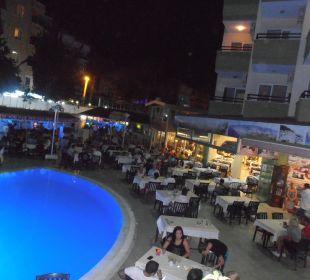 Bazén s posezením večer Hotel Krizantem