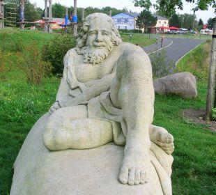 Odysseus im Hintergrund Restaurant Seeperle  Seepark Auenhain