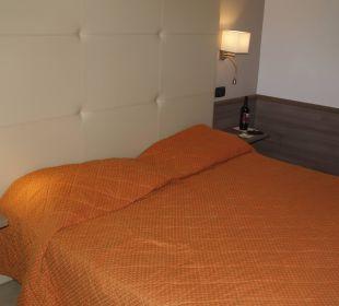 Łóżko i butelka wina Park Hotel Marinetta